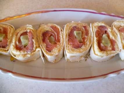 Роллы из лаваша с филе копченой горбуши, сыром и огурцом