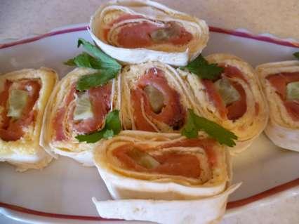 Роллы с сырной начинкой, копченой горбушей и свежим огурцом