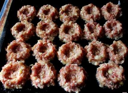 сформировать гнезда из полученной мясной смеси