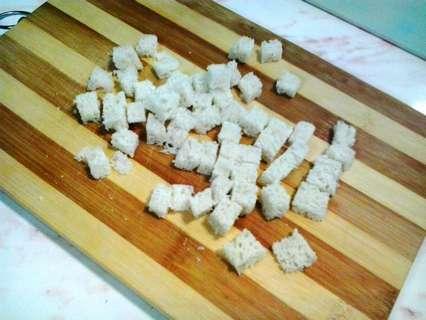Нарежьте кубиками пшеничный хлеб