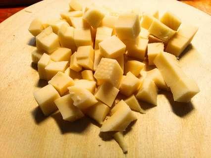 Твердый сыр также режем кубиками небольшого размера