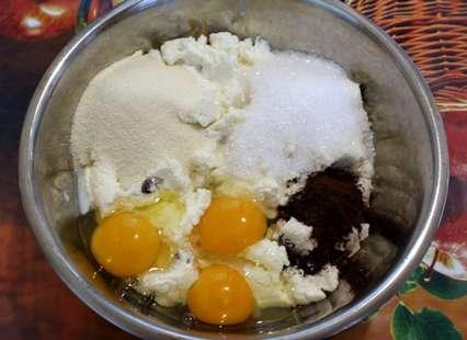 К перетертому творогу всыпьте манку, сахар, темное какао и яйца