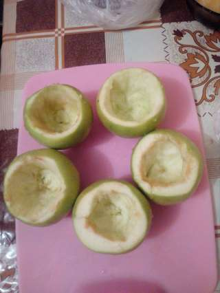 яблоки очищенные и подготовленные для фарширования