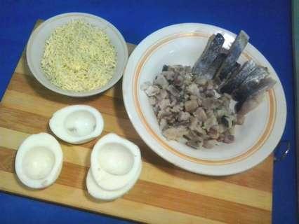 половинки вареных яиц  и селедка