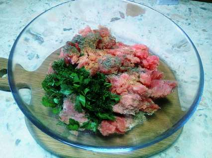 приготовление начинки из тунца и зелени