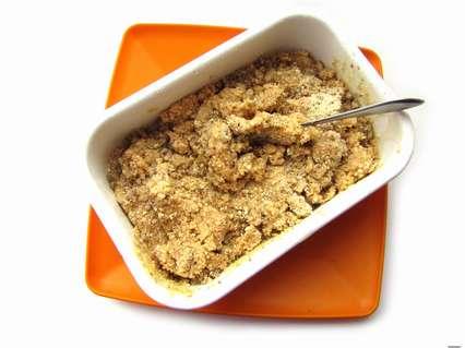 измельченное печенье и орехи