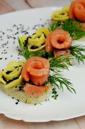 Бутерброды с малосольной семгой. Спиральки из рыбы