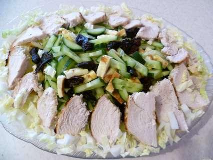 салат с курицей и черносливом с пекинской капустой
