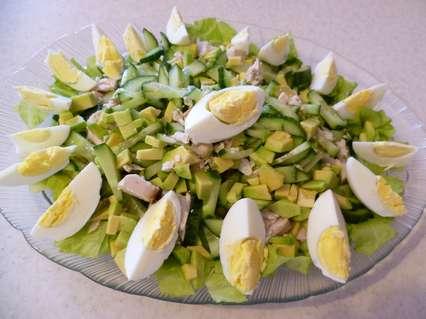 салат с курицей и авокадо с огурцом