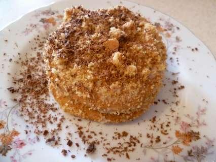 пирожное с яблочной начинкой с корицей с шоколадной посыпкой