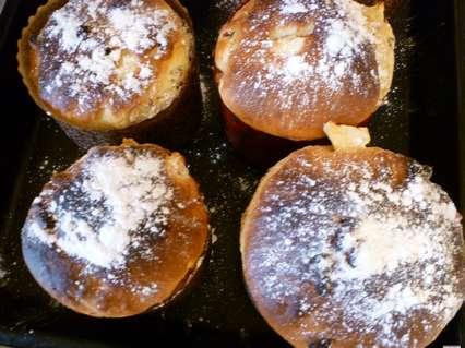испеченный дрожжевой кекс с изюмом и яблоками
