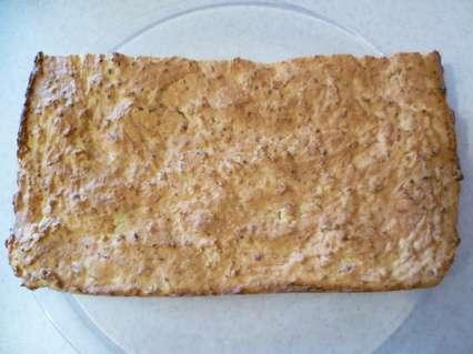 разрезанный пополам пирог с миндальным кремом