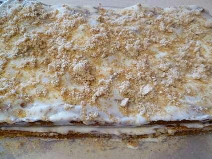 смазывание пирога сметанным кремом с молотым миндалем