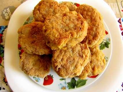 Пошаговый рецепт приготовления мясных котлет с яблоками и панировкой во фритюре.
