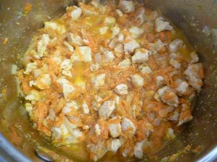 морковь с куриным филе, луком и приправой