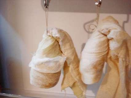 """Подвесить марлевые """"мумии"""" в холодильнике, где они будут вялиться."""