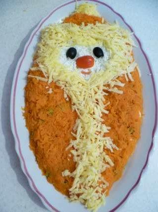 Оформление зимнего салата в виде Деда Мороза