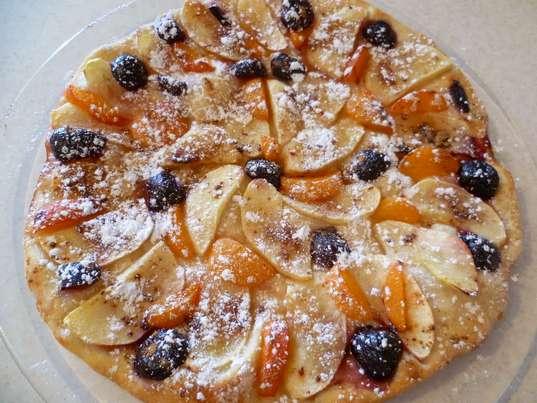 Простые рецепты выпечки на каждый день. Готовый фруктовый пирог, посыпанный сахарной пудрой