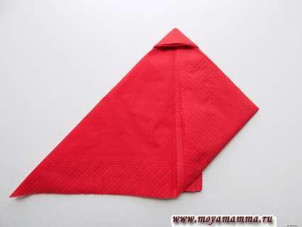 Загибание нижних уголков получившегося треугольника.