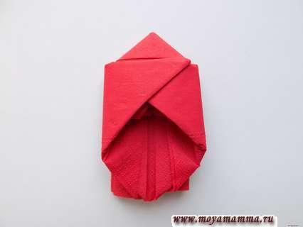 Бабочка из бумажной салфетки. Правую часть загнем в противоположную сторону и заправим внутрь.