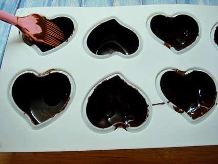 Сердечки смазать внутри шоколадом