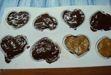 Оставшейся шоколадной глазурью покрыть донышки сердечек