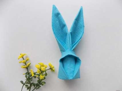 Как сделать зайчика из бумажной салфетки для украшения и сервировки