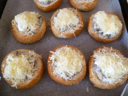 Жульен в булочках. Добавление тертого сыра