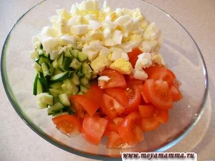 Порезанные помидоры, огурцы и яйца