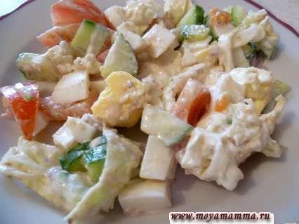 Салат с пекинской капустой и помидором с яйцом