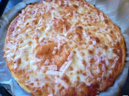Тонкие дрожжевые пироги. Простой открытый пирог с колбасой и сыром