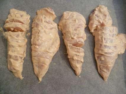 Выкладывание куриного филе на лист для запекания