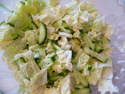ПеКинская капуста, свежий и соленый огурцы.