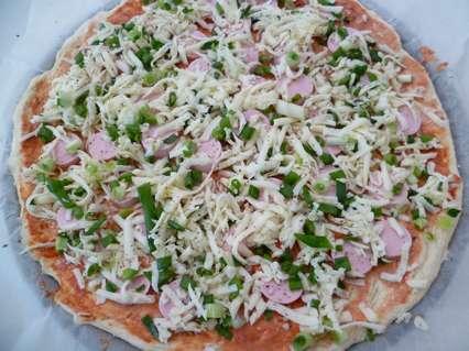 рецепты приготовления дрожжевой пиццы с сосисками, сыром и зеленым луком.