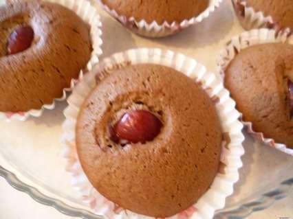 Шоколадные кексики с черешней и корицей в бумажных формочках.
