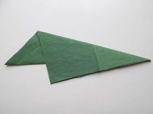 Тюльпан из салфеток. Вершину получившегося треугольника загибаем вниз