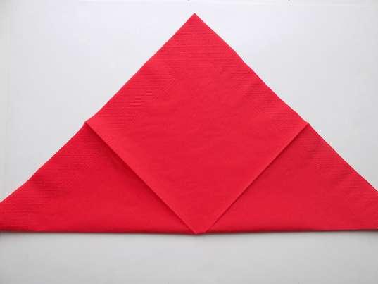 Складывание красной салфетки по диагонали