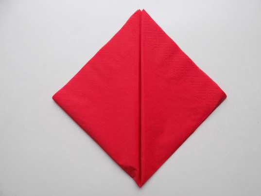 Боковые уголки этого красного треугольника загибаем к вершине