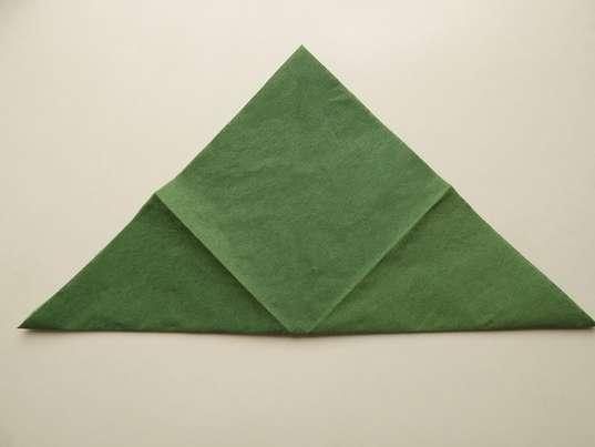 Складывание по диагонали зеленой салфетки