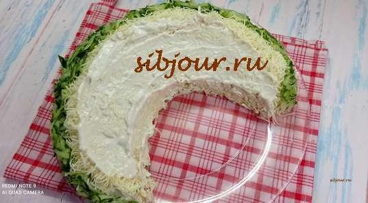 Красивый салат с курицей. Оформление огуречной стружкой