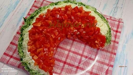 Красивый салат с курицей. Выкладывание помидоров