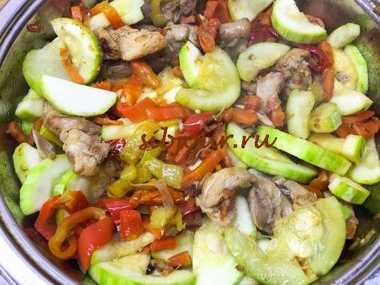 Тушеная курица с овощами на сковороде готова. Тушение курицы с овощами