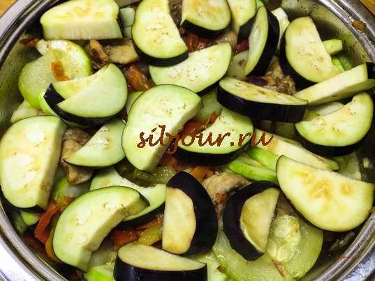 Тушеная курица с овощами на сковороде готова. Баклажан