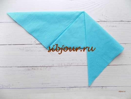 Боковые уголки большого треугольника согнуты вниз