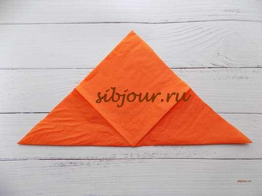 Заготовка для будущего зайчика в форме треугольника