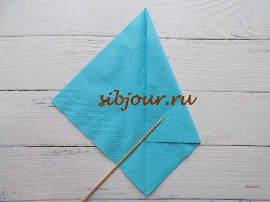 Загибание боковой стороны голубой салфетки