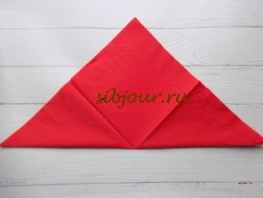 Складывание по диагонали расправленной салфетки