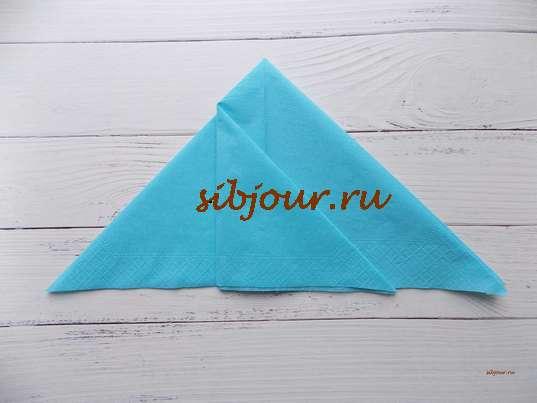 верхний слой треугольника с левой стороны отгибаем направо, одновременно делая складку