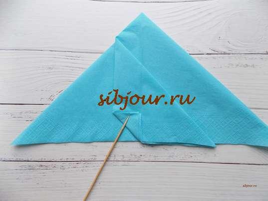 выступающий треугольник требуется отогнуть вправо и сделать небольшой сгиб в виде маленького треугольника