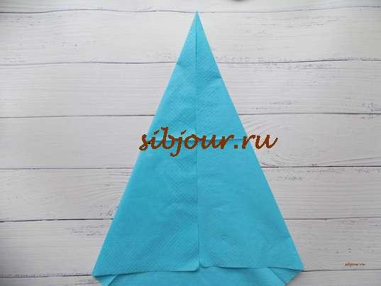 Салфетка сложенная елочкой. Формирование вершины будущей елочки в виде вытянутого треугольника